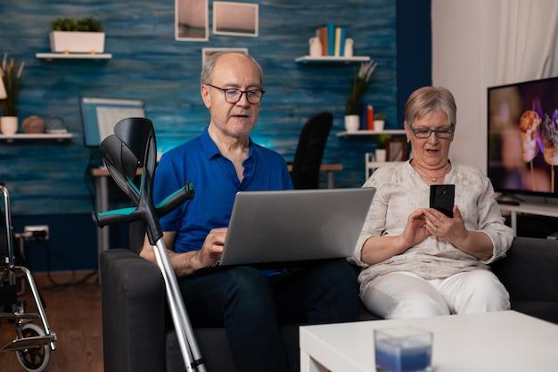 Senior gezin met moderne technologische apparaten