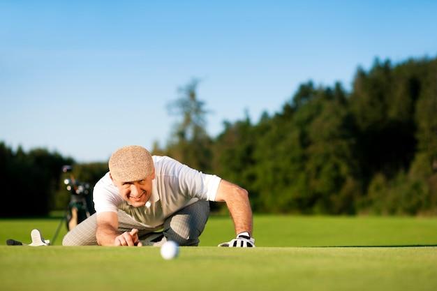 Senior golfspeler berekenen afstand