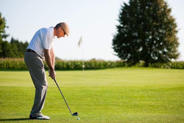 Senior golfspeler in de zomer