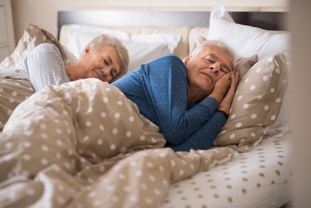 Senior huwelijk in het comfortabele bed