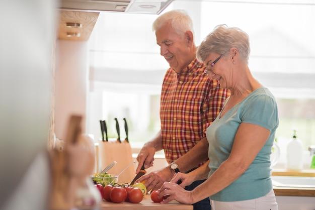 Senior huwelijk samen een maaltijd bereiden
