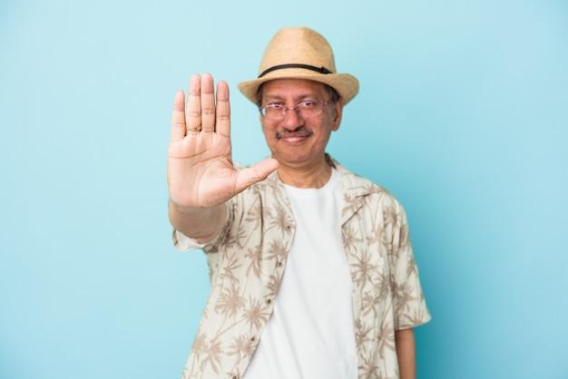 Senior indiase man met zomerkleren geïsoleerd op blauwe achtergrond