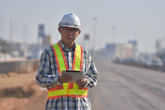 Senior ingenieur met een tablet