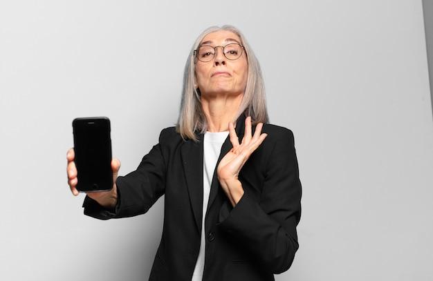 Senior jonge zakenvrouw met een slimme telefoon