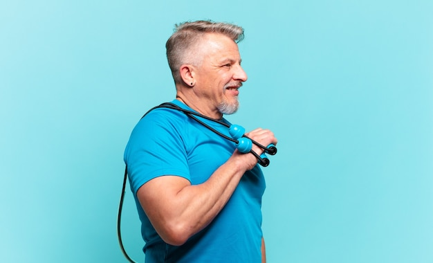 Senior knappe man die fitness beoefent en sportkleding draagt