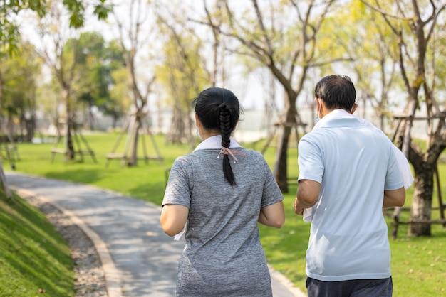 Senior koppel gewoon doorgaan blijf actief, blijf gezond