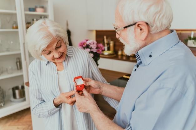 Senior koppel huwelijksaanzoek, - oudere man vraagt zijn vrouw om met hem te trouwen, verlovingsring cadeau