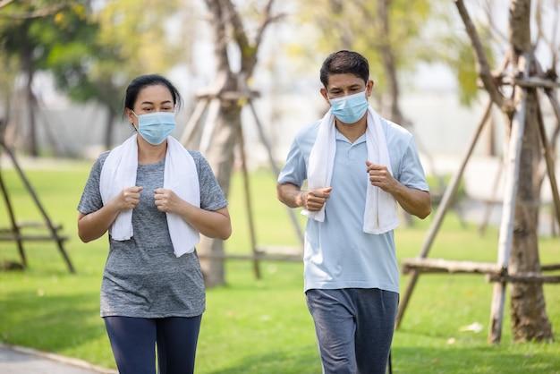Senior koppel in kuiper met beschermend masker, blijf gewoon actief blijven