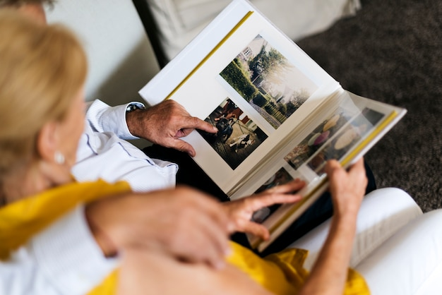 Senior koppel kijk fotoalbum