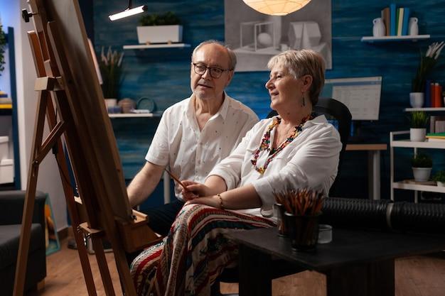 Senior koppel met artistieke hobby bezig met meesterwerk