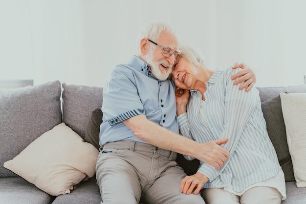 Senior koppel samen thuis, gelukkige momenten - ouderen die voor elkaar zorgen, verliefde grootouders - concepten over levensstijl en relatie van ouderen