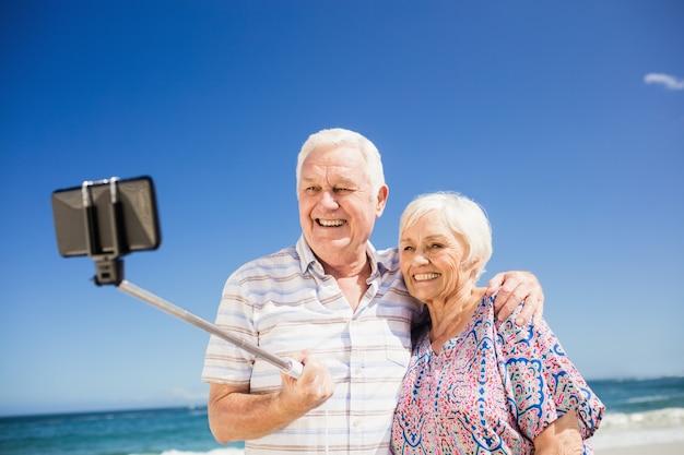 Senior koppel selfie te nemen