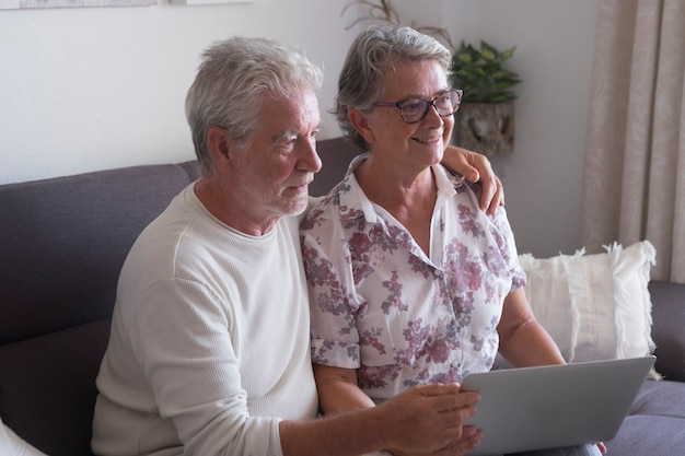 Senior koppel thuis websurfen op laptopcomputer
