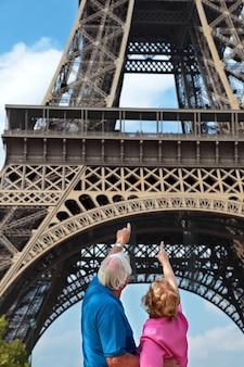 Senior koppel wijzend op de eiffeltoren in parijs