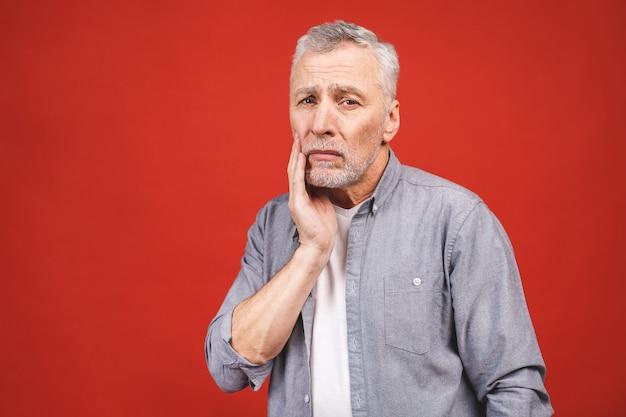 Senior leeftijd man die lijdt aan kiespijn.