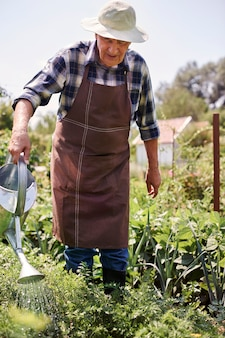 Senior man aan het werk in het veld