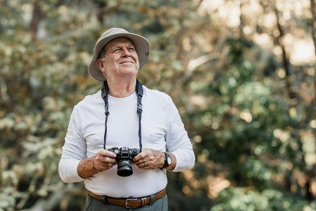 Senior man die de schoonheid van de natuur waardeert