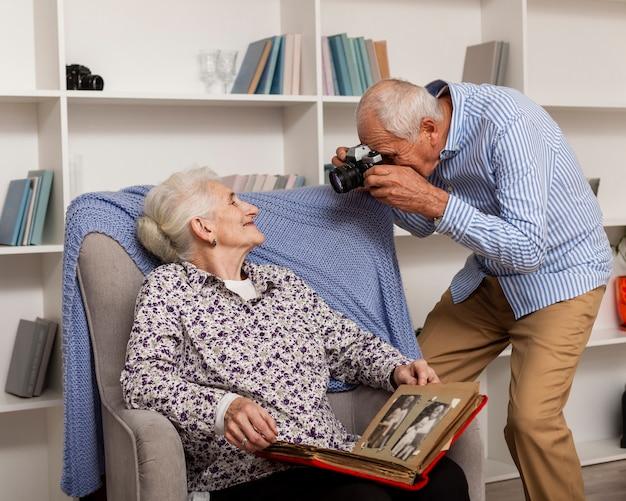 Senior man die een foto van zijn vrouw