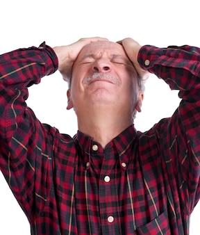 Senior man die lijdt aan hoofdpijn op een witte achtergrond