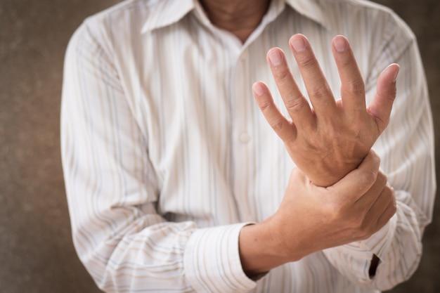 Senior man die lijdt aan pols carpaal tunnel syndroom