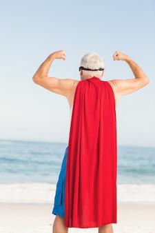 Senior man die zich voordoet als een superheld