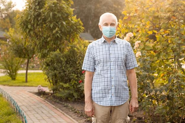 Senior man draagt beschermend masker tegen infectieziekten en griep, zorgconcept. coronavirus quarantaine.
