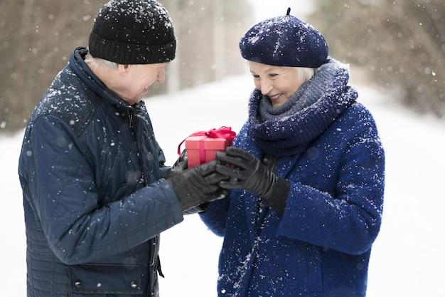 Senior man een cadeau te geven aan zijn vrouw
