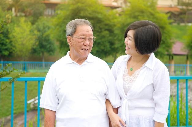 Senior man en dochter. gelukkige vader die met haar dochter spreekt.