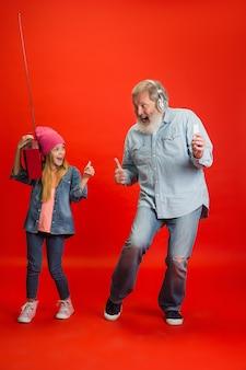 Senior man en kleindochter op neon achtergrond