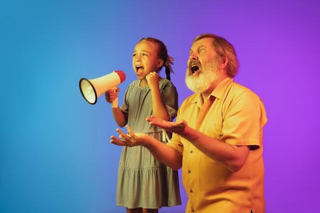 Senior man en kleindochter op neon