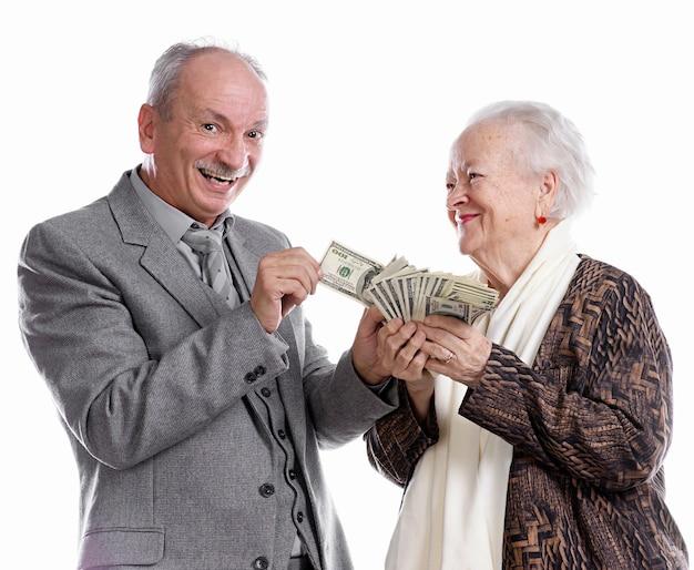 Senior man en oude vrouw met geld