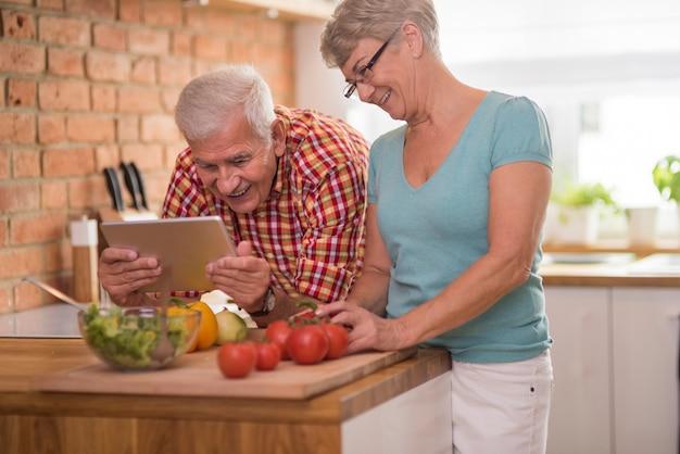Senior man en vrouw samen tijd doorbrengen