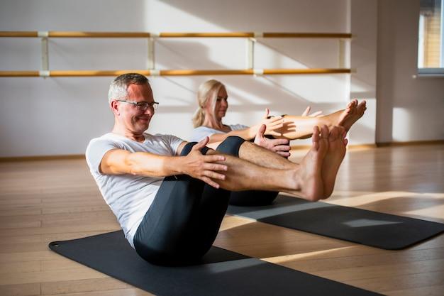 Senior man en vrouw samen trainen
