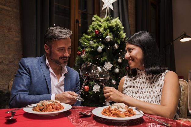 Senior man en vrouw samen voor kerstmis