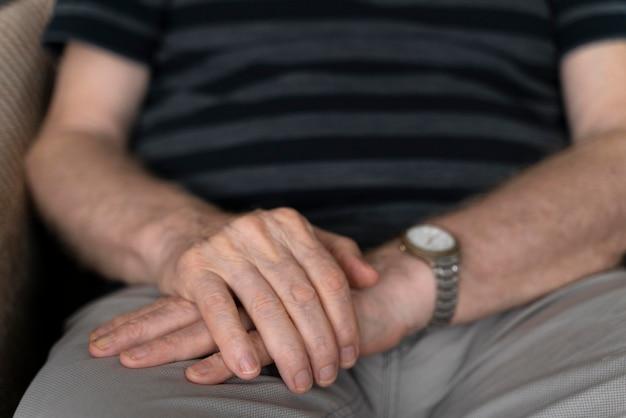 Senior man geconfronteerd met de ziekte van alzheimer