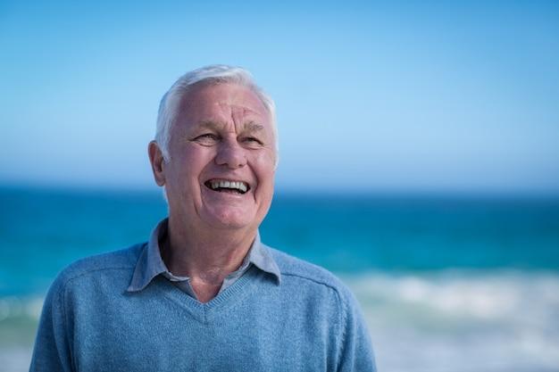 Senior man glimlachend en wegkijken