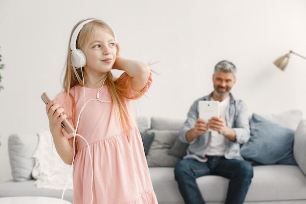 Senior man, grootvader die plezier heeft en tijd doorbrengt samen met meisje, kleindochter. vrolijke bejaarde levensstijl concept.
