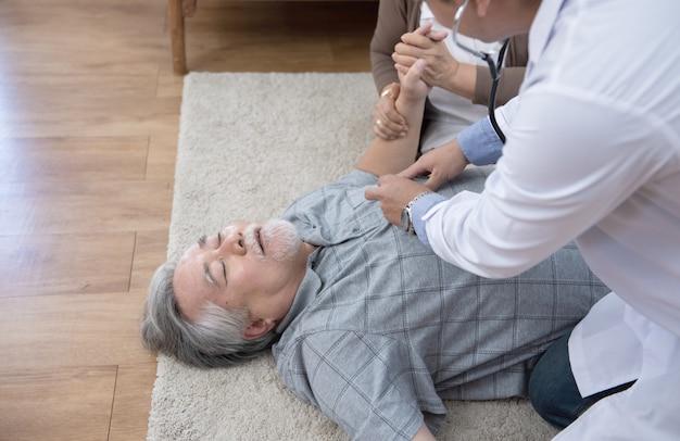 Senior man heeft pijn op de borst of een hartaanval thuis.