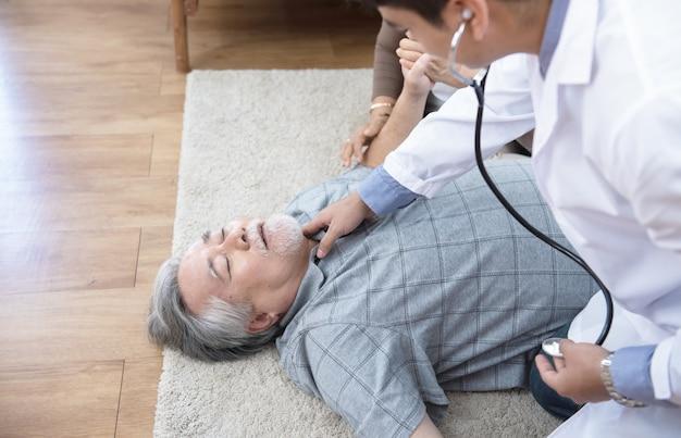 Senior man heeft pijn op de borst of een hartaanval thuis