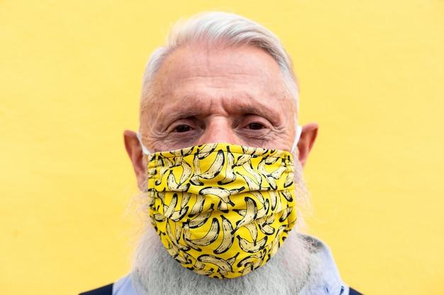 Senior man hipster dragen trendy gezichtsmasker