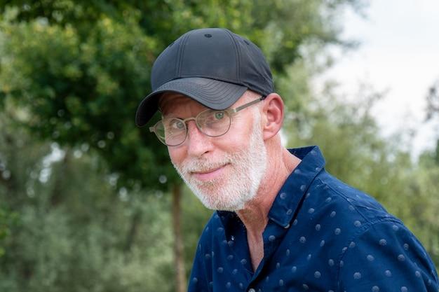 Senior man in een baseball cap portret
