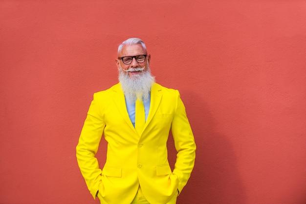 Senior man in extravagante gele pak