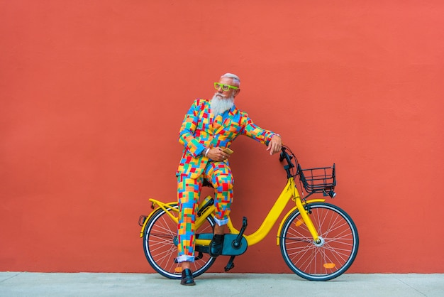 Senior man in extravagante kleurrijke kleding