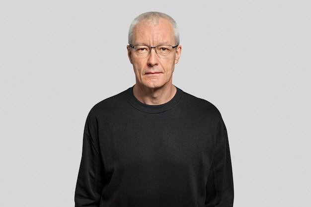 Senior man in zwart t-shirt portret