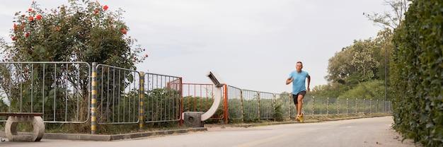 Senior man joggen door het park