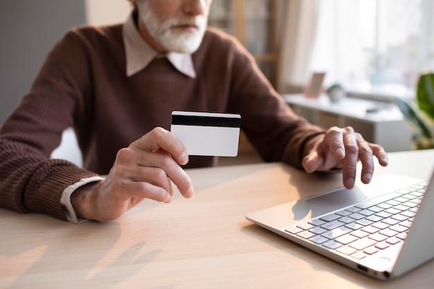 Senior man klaar om online te winkelen