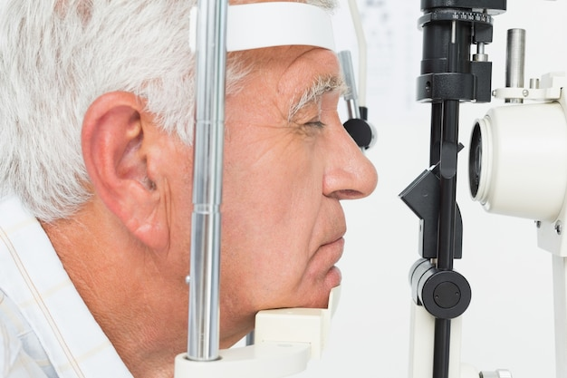 Senior man krijgt zijn hoornvlies gecontroleerd