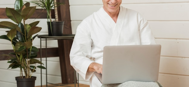 Senior man leeft een modern leven