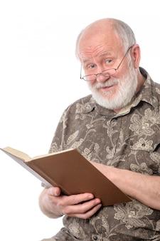 Senior man leest een boek