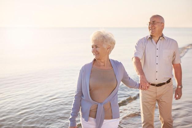 Senior man loopt achter zijn vrouw